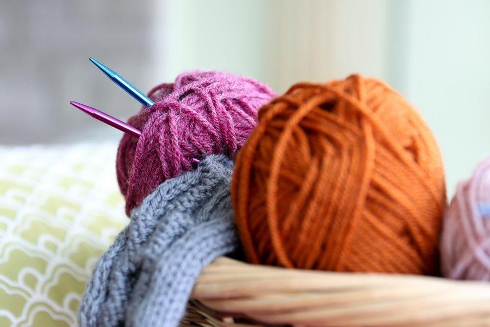 Vil du gerne lære at strikke eller finde nye strikkeprojekter, så kan du f.eks. gøre det med strikkebøger.